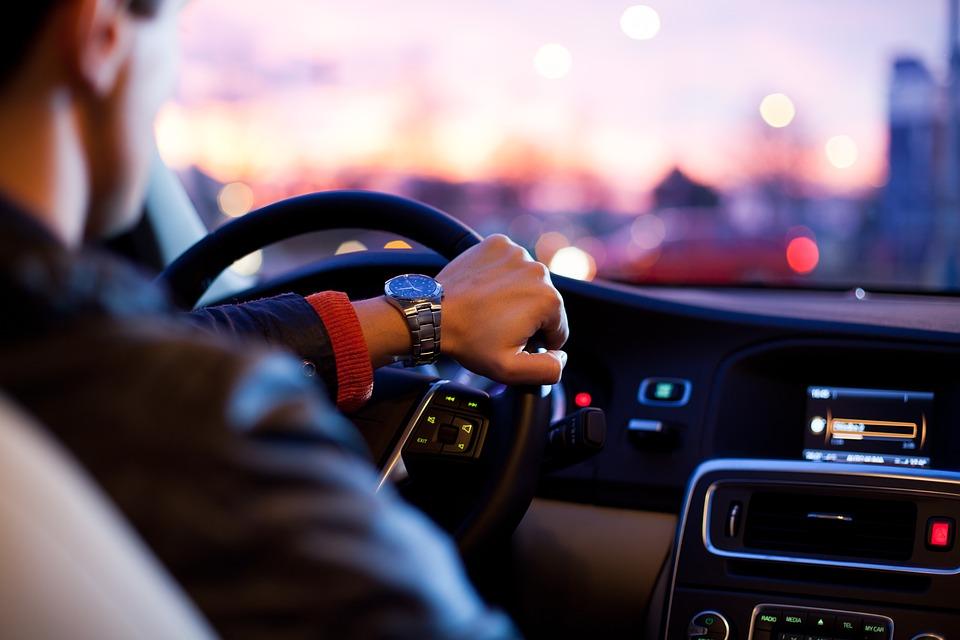 Les erreurs d'inattention au volant qui peuvent coûter cher en termes de points